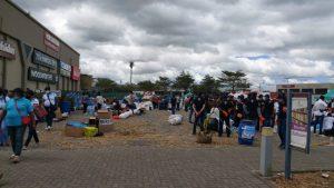 重油回収のボランティアに集まる若者たち